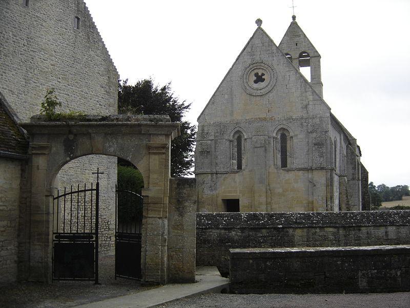 Devant l'église dans son vieil enclos aux murs de pierre, le lavoir.