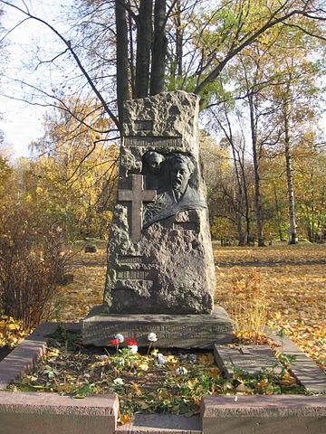 Надгробие Д.Н.Мамина-Сибиряка на Литераторских мостках