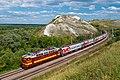 Поезд на фоне горы Шатрище. Воронежская область.jpg