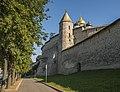Стены и одна из древних башен Псковского Кремля.jpg