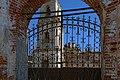 Храмовый комплекс. Вид через решётку ворот.jpg