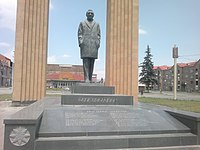 Շառլ Ազնավուրի հուշարձանը Գյումրիում 05.jpg