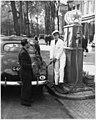 09-22-1947 02742 Benzinepomp van garage Tabak (4071493559).jpg