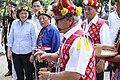 09.17 總統參訪臺東「普悠瑪部落」,並在耆老的介紹下,向卑南王雕像敬酒致意 (37104898492).jpg