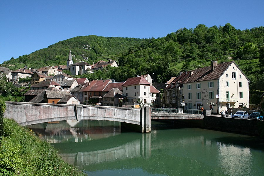 Lods  (Doubs - France), the bridge on the Loue (river) and the village .