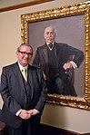 1910 malte Max Liebermann den Direktor der (heutigen) Continental AG, Siegmund Seligmann. Professor Andor Izsák zeigt hier in der Villa Seligmann das Gemälde als Dauerleihgabe der Familie Esteban Seleguan.jpg