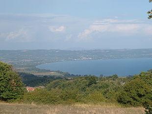 Veduta della riva settentrionale del lago di Bolsena dai Monti Volsini