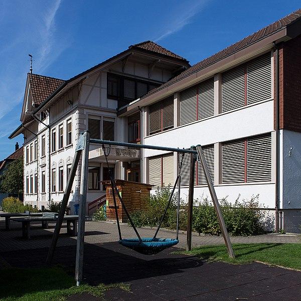 File:2016-Zaeziwil-Schulhaus.jpg