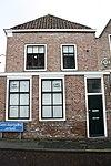 foto van Huis met gecementeerde puntgevel door lijstje afgeknot