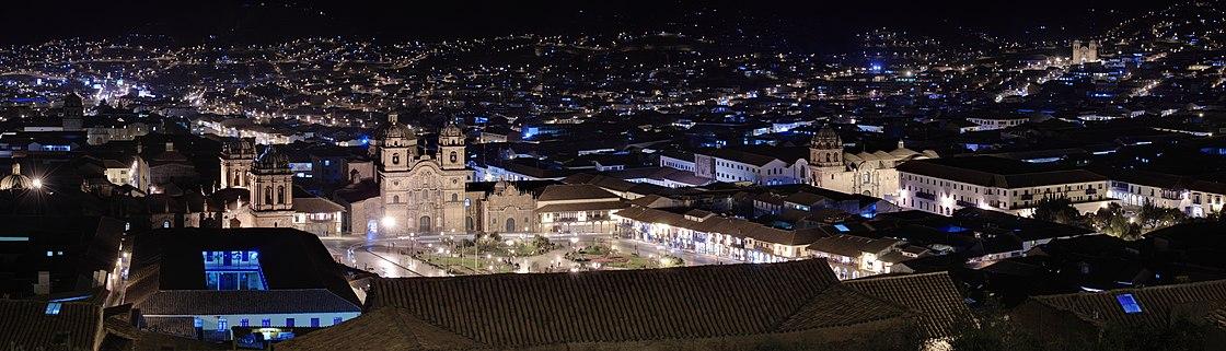 Imagen nocturna de la Plaza de Armas de la ciudad del Cuzco.