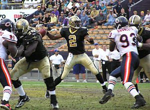 Aaron Brooks (American football) - Brooks passing against the Chicago Bears in 2005
