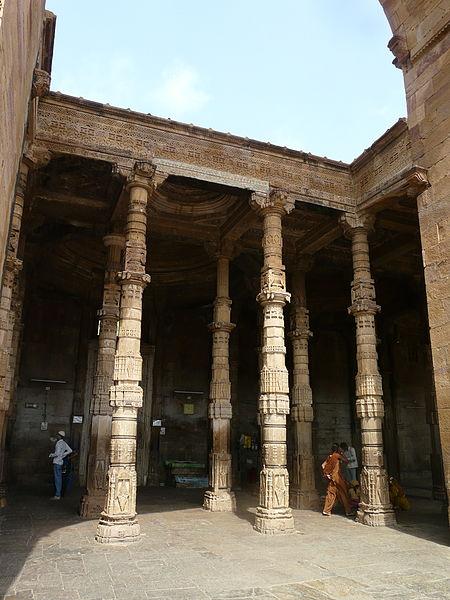 File:Adhai Din-ka-Jhonpra Central arch and arcade (6133945715).jpg