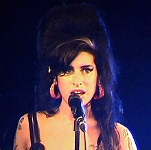 Amy Winehouse singin intae a microphone