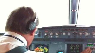 一段空中巴士A319降落時在駕駛艙內拍攝的短片