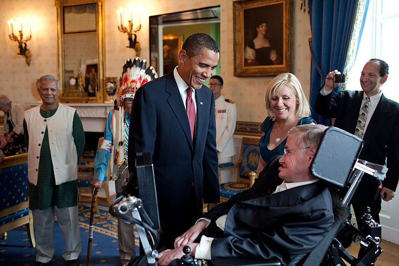 Datei:Barack Obama speaks to Stephen Hawking.jpg