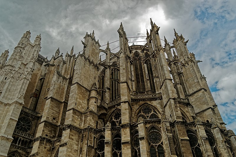 File:Beauvais - Rue Saint-Pierre - View NNW on 67,2 m (Inside- 48,5 m) High Choir of Beauvais Cathedral.jpg