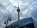 Berlin, Fernsehturm, Straßenlaterne 2014-07.jpg