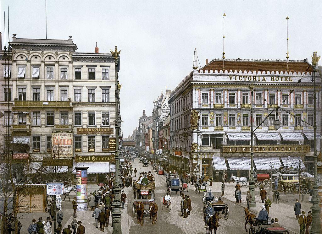 L'avenue aux tilleuls en direction de la Freidrichstrasse (le pont ferroviaire dans le fond de l'image). Berlin en 1900.