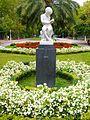 Bilbao - Parque de Doña Casilda Iturrízar, escultura 'Leyendo', de Joaquín Lucarini.jpg