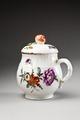 Blommig krämkopp i porslin, gjord på 1760-talet - Hallwylska museet - 93748.tif