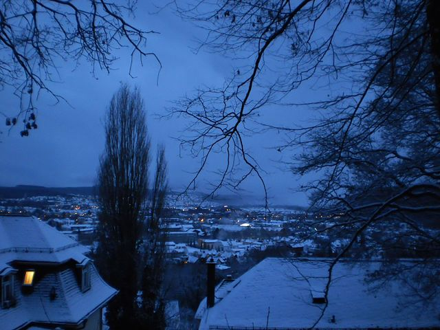 640px-Blue_hour_in_snowy_Marburg,_January_winter_evening_in_Germany_with_fog_in_the_valley_2017-01-15.jpg (640×480)