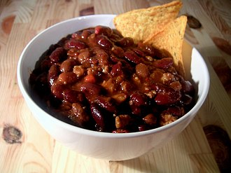 Chili con carne - A bowl of chili con carne and tortilla chips