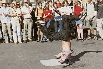 Breakdancer beim Head Spin am Stephansplatz in Wien