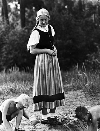 Dirndl - A dirndl on a young girl in 1933