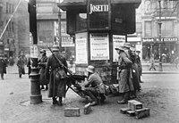 Bundesarchiv Bild 146-1971-037-58, Kapp-Putsch, Posten am Spittelmarkt, Berlin.jpg