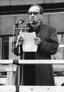 Heiner Müller speaking at the Alexanderplatz demonstration in East Berlin (4 November 1989).