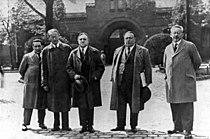 Bundesarchiv Bild 183-B0527-0001-861, Carl von Ossietzky vor der Strafanstalt Berlin-Tegel.jpg