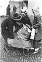 Bundesarchiv Bild 183-H28557, Berlin, Frauen beim Transport von Brennholz.jpg