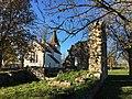 Bunge kyrka med prästgårdsruinen.jpg