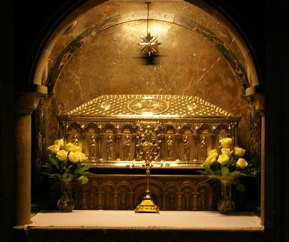 https://upload.wikimedia.org/wikipedia/commons/thumb/5/50/Burial-place_of_Saint_James_the_Greater.JPG/573px-Burial-place_of_Saint_James_the_Greater.JPG