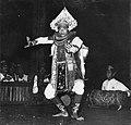 COLLECTIE TROPENMUSEUM Baris danser met op de achtergrond een gamelanorkest in het Bali Hotel TMnr 20000313.jpg