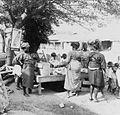 COLLECTIE TROPENMUSEUM Vrouwen en kinderen bij een marktkraam op het dorpsplein TMnr 20016898.jpg