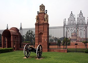 Canon outside the entrance to Rashtrapati Bhaw...
