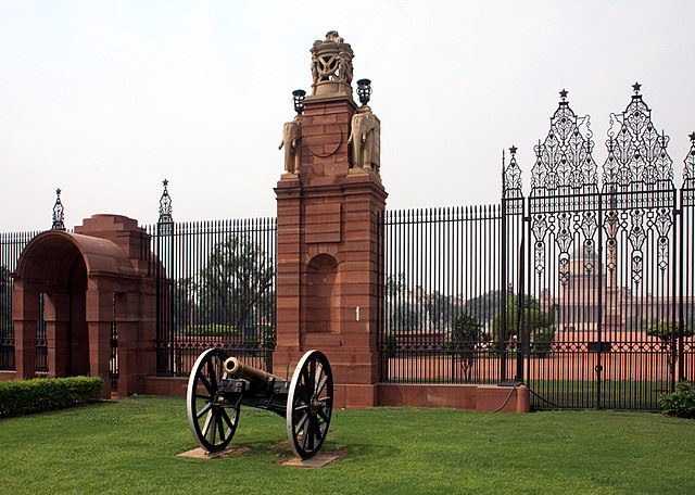 http://upload.wikimedia.org/wikipedia/commons/thumb/5/50/Canon_outside_the_entrance_to_Rashtrapati_Bhawan%2C_Delhi.jpg/640px-Canon_outside_the_entrance_to_Rashtrapati_Bhawan%2C_Delhi.jpg