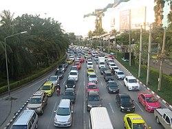 Traffic jam on Kanchanaphisek Road beside of The Mall Bang Khae