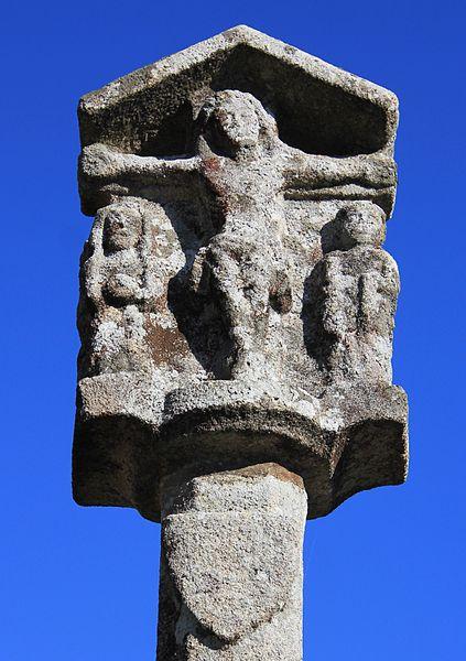 Croix de cimetière de Brech: Christ sur la croix, avec Vierge et Saint-Jean
