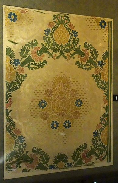 File:Damask fragment with pomegranate in ogival lattice, view 1, Italy, Renaissance, late 15th to early 16th century, silk brocaded damask - Royal Ontario Museum - DSC04385.JPG