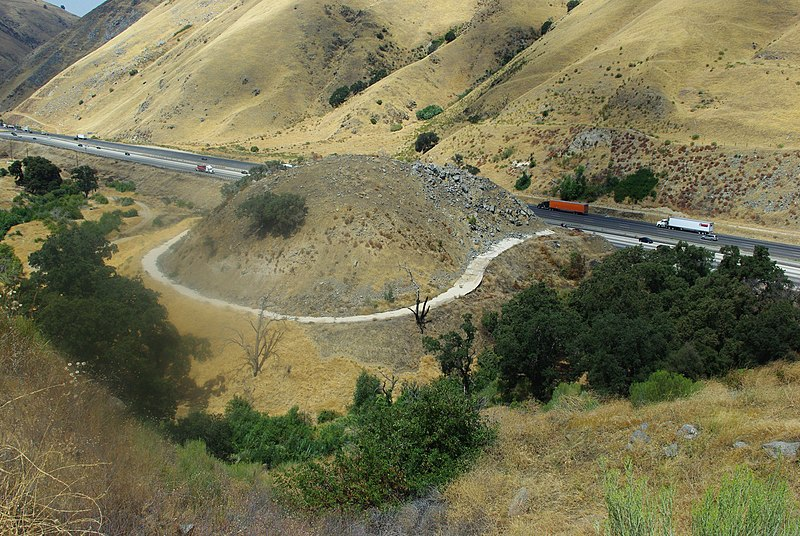 File:Dead-Man's Curve in Lebec, California, 2010.jpg