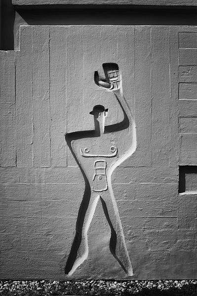 """File:Detail Inschrift Le Corbusierhaus """"die Wohnmaschine"""".jpg"""