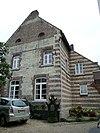 foto van Woonhuis met gevels van baksteen en horizontale mergelbanden; hardstenen kruiskozijnen en deuromlijstingen