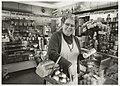 Elisabeth van der Geest in haar broon- en banketwinkel aan de Romeinenstraat.jpg