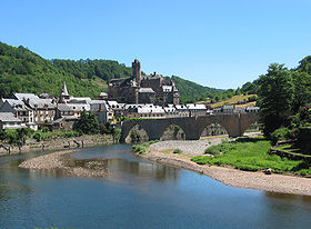 Estaing z gradom in starim mostom, nad reko Lot