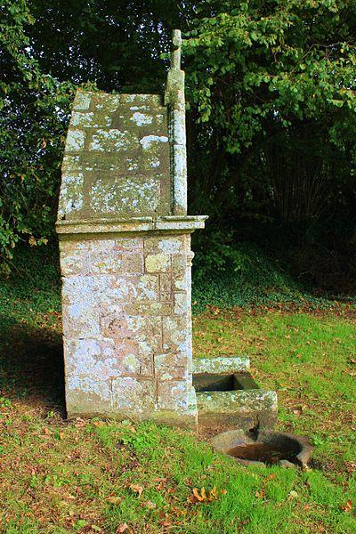 Fontaine Saint-Clair (Réguiny): vue de coté