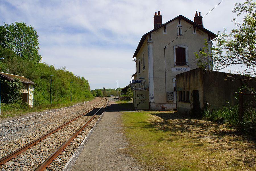 Vue d'ensemble de l'intérieur de la gare, seul la voie, le quai et l'abri de droite sont utilisés par la halte SNCF en 2016.