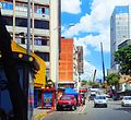 Grúas en zona residencial de alta densidad en Caracas, Venezuela.jpg