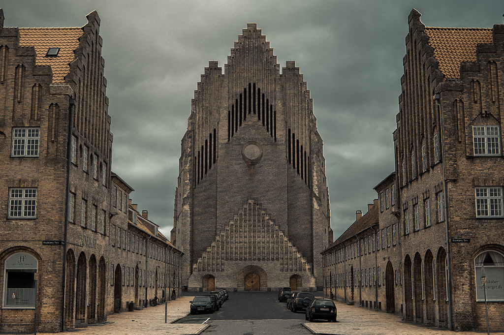 L'impressionnante façade de l'église Grundvig à Copenhague. Photo de The woocash